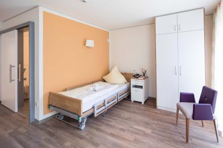 Bewohnerzimmer mit Flair: Funktionalität und Eleganz sind kein Widerspruch. (Orange Akzentwand: 3D Onyx 165) (Foto: Caparol Farben Lacke Bautenschutz/Martin Duckek)