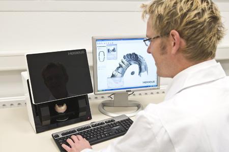 Ein Team digitaler und dentaler Spezialisten von Heraeus unterstützt Praxis und Labor in der reibungslosen, computergestützten Versorgung