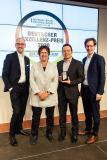 Dr. Markus Köster (li.), Dr. Carlos Paiz Gatica (2.v.r.) und Tobias Gaukstern (re.) freuten sich über die Auszeichnung und nahmen diese dankend von Brigitte Zypries, Schirmherrin des Awards und Bundesministerin a.D. (2.v.l.), entgegen (Foto: Thomas Ecke / DISQ / n-tv / DUB)