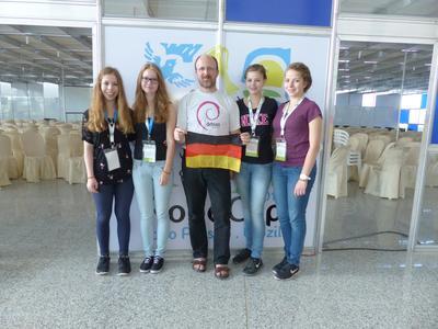 Das erfolgreiche RoboCup-Team: Die Schülerinnen Lisa Oetting, Marie Ortgies, Selina Bollhorst, Sophie Kleedörfer (von links nach rechts) mit ihrem Lehrer Frank Knefel (Bildmitte)