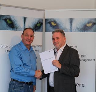 Harald Klingelhöller, Geschäftsführer DM Dokumenten Management GmbH und Wilhelm Flintrop, Geschäftsführer 1st.-consulting UG bei der Unterzeichnung des Kooperationsvertrages