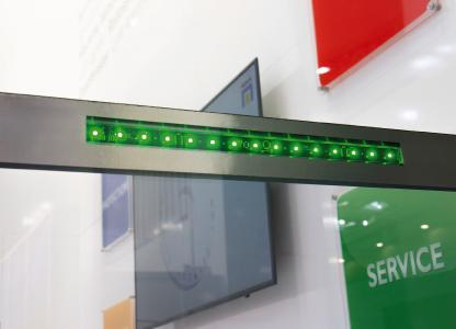 Die RGB-Signalleuchten von HEMA können sowohl in die Einhausung als auch direkt in die Maschinenschutzscheibe integriert werden