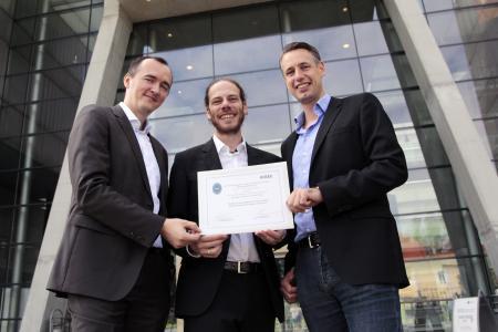 Zentrumsleiter Dominik Engel (rechts), Christian Neureiter (Mitte), Goran Lastro (links) und Mathias Uslar (nicht im Bild) vom OFFIS in Oldenburg freuen sich über den Best Paper Award / Bild: FH Salzburg