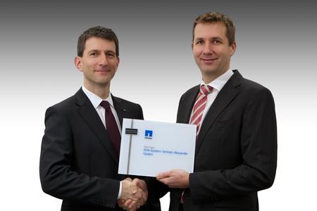 Übergabe der Zertifizierungsurkunde durch Norman Schäfer, Sales Director bei NetApp, an Philipp Alexander, Geschäftsführer der SVA System Vertrieb Alexander GmbH