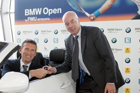 Karsten Engel (rechts) übergibt Patrik Kühnen, Turnierdirektor der BMW Open, den Autoschlüssel für das Siegerfahrzeug BMW 325i