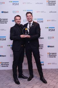 Marketing Director Lars Sæbø (links) und Media Director Magne Hatteland nahmen den European Business Award 2019 für AutoStore erfreut entgegen