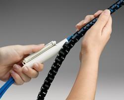Der neue PAN-WRAP Kabelschutzschlauch mit Werkzeug von PANDUIT – für dreimal schnelleren Schutz