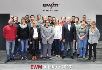 Diese Mitarbeiter ehrte EWM bei einer Feierstunde für ihre jahrzehntelange Unternehmenszugehörigkeit