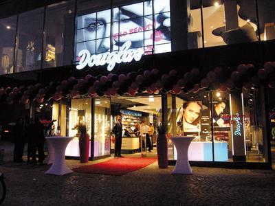 Digital signage: Perfumery chain Douglas incorporates PRESTIGEenterprise in its new cutting-edge branch in Mainz
