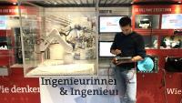 Mit mathematischen Koordinaten können die Jugendlichen einen Industrieroboter durch einen Parcours steuern. Coach Arion Tomaras zeigt, wie es geht. © Baden-Württemberg Stiftung gGmbH