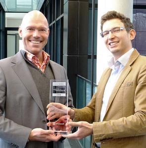Tobias Schmidt, Leiter BPS Technology nahm gemeinsam mit Yakov Samsonov, Projektleiter JaOffice (v.l.n.r.), den Preis für JaOffice entgegen