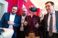 Die Wirtschaftsministerin des Landes Baden-Württemberg, Dr. Nicole Hoffmeister-Kraut, tauchte für einen Moment in die virtuelle Welt des LAUDA Showrooms. (Quelle: Ludmilla Parsyak Photography / Fraunhofer IAO)