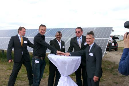 Die Geschäftsführung von Emmvee eröffnet den Solar Park Bronkow