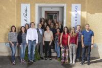Das Team des GMP-Verlags vor dem Verlagsgebäude in Schopfheim