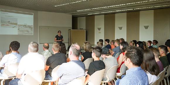 Hochinteressierte Besucher beim 3. Neumarkter Ausbildungsforum