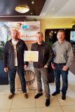 In the lobby of the Hotel Patria in Vysoké Tatry (High Tatras, Northern Slovakia), the MC team of Martin Struk, Michal Lehký and Milan Řičica (from left to right) proudly show off the certificate for first place in the SAVT competition for the strongest UHPC concrete. The Concrete Conference at which the prize was awarded was held here in October 2017.