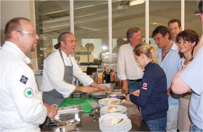 die Leaders beim Kochen mit MKN Küchenmeister Bruno Krogmeier (links) und Sternekoch Heiko Antoniewicz (zweiter von links)