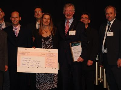 """Das Projekt """"megadigitale"""" der Universität Frankfurt gewinnt den MEDIDA-PRIX 2007 (im Vordergrund: Claudia Bremer und Prof. Dr. Detlef Krömker)"""