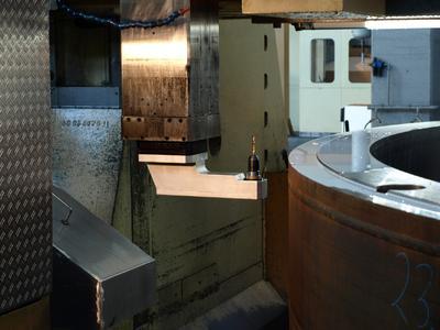 Zugeschnitten auf die Bearbeitungsaufgabe steigert der Winkelkopf die Effizienz in der Karusselldrehmaschine