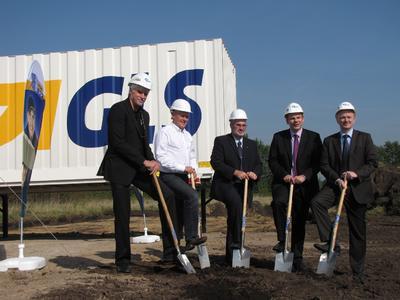 Zu den Spaten griffen von links nach rechts: Gerhard Zülch (Relax), Henning Voigt (Spedition Voigt), Werner Lieger (Depotmanager der GLS), Dr. Olaf Tauras (Oberbürgermeister Neumünster), Dr. Martin Hermesch (Region Manager North der GLS)