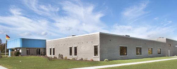 Rund 50 Mio. Euro investiert Optima über mehrere Jahre in Baumaßnahmen, den größten Teil davon in Deutschland in Schwäbisch Hall. 2017 wurde das Gebäude der Tochtergesellschaft in Green Bay (USA) um 1.200 qm erweitert