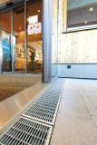 Die Entwässerungslösungen aus feuerverzinktem Stahl des Typs Stabile Air kommen unter anderem an den Haupteingängen und weiteren Fassadenabschnitten des Hauptgebäudes sowie vor den jeweiligen Eingängen zu den Zimmertrakten der modernen Unterkünfte zum Einsatz.