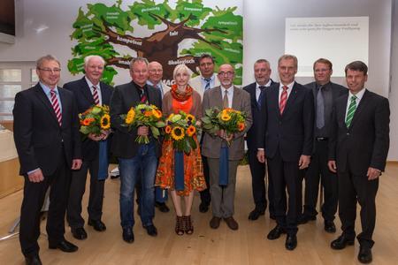 Die WEMAG-Vorstandsmitglieder Caspar Baumgart und Thomas Pätzold verabschieden den scheidenden und begrüßen den neuen KAV-Vorstand:  Thomas Pätzold, Ulrich Güßmann (scheidender stellvertretender Verbandsvorsteher), Lothar Stroppe (scheidender Verbandsvorsteher und jetzt weiteres Vorstandsmitglied), Alfred Matzmohr (weiteres Vorstandsmitglied), Dr. Margret Seemann (neue 2. stellvertretende Verbandsvorsteherin), Andreas Zapf (weiteres Vorstandsmitglied), Dr. Ernst Repp (weiteres Vorstandsmitglied), Thomas Brandt (1. stellvertretender Verbandsvorsteher), Michael Ankermann (Neuer Verbandsvorsteher) und Sven Borgwardt (scheidendes weiteres Vorstandsmitglied) zu sehen (Foto: WEMAG/Rudolph-Kramer)