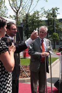 Rudolf Sonnemann, Vorsitzender der STIEBEL-ELTRON-Geschäftsführung, überreicht das Porzellan-Niedersachsenpferd an Kóczián László, Geschäftsführer der ungarischen Ländergesellschaft
