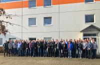 3. ombran Erfahrungsaustausch: Gruppenbild der Teilnehmer vor dem Ausbildungs- und Schulungszentrum der MC-Bauchemie in Bottrop.