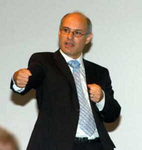 Prof. Hans Josef Hug, Leiter der Empa-Abteilung «Nanoscale Materials Science», gab den Teilnehmenden auf sehr anschaulichen Weise eine «Einführungsvorlesung» in das Thema Nanowissenschaften und Nanotechnologie