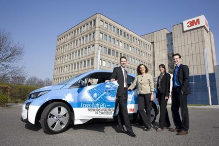 Von links nach rechts: Maciej Czarnecki (LeasePlan), Elke Eggert (3M), Nadine Gäbler (LeasePlan) und Manfred Czichowski (3M) freuen sich über einen der jüngsten Neuzugänge in der Flotte, den neuen BMW i3. Fotoquelle: 3M