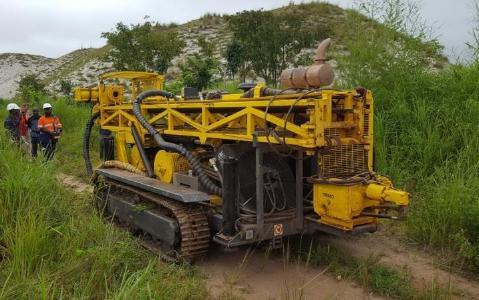 Bohrgerät auf dem Manono-Projekt; Foto: AVZ Minerals