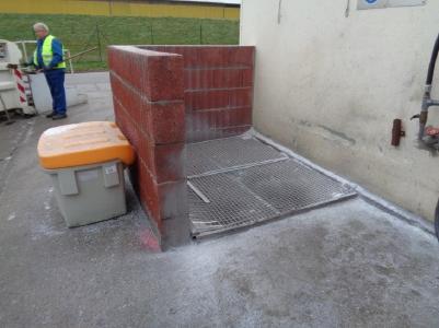 Vorher: Der Fassreinigungsplatz und seine Umgebung sind nicht einfach sauber zu halten