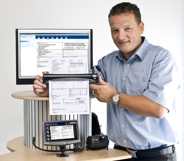 Carsten Holtrup präsentiert den Dokumentenscanner