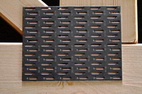 Weltweit bewährt: Durch rationelle Vorfertigung von Bindern unter Verwendung von Nagelplatten lassen sich mindestens die gleichen exzellenten statischen Eigenschaften erzielen wie bei traditionell gezimmerter Tragwerksausführung. Nagelplatten gelten als die einzigen Holzverbindungsmittel, die – an Knotenpunkten maschinell ins Holz eingepresst – Kräfte und Momente übertragen können und bei denen der Stabquerschnitt nicht von der Dimensionierung des Anschlusses bestimmt wird. Die Tragfähigkeit von Holz und Nagelplatten wird so effektiv genutzt. Besonders wirtschaftliche Konstruktionen mit Binderabständen häufig zwischen 1 m und 1,25 m sind dadurch möglich. Foto: Achim Zielke für den GIN, Ostfildern; www.nagelplatten.de