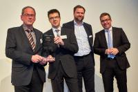 Rainer Wiedemann und Bertin Neubert von Füngers Feinkost nehmen die Auszeichnung entgegen. Es freuen sich mit ihnen: Niels Köstring von AUBI-plus und Michael Knee von der Volksbank Neckartal (v.l.n.r.) (Foto: © Ahrens + Steinbach Projekte)