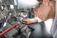 Mit dem Telsonic PowerWheel-Verfahren schweißt Julian Electric äußerst kraftvoll und sicher im Serienprozess Leitungen für schwere Nutzfahrzeuge.