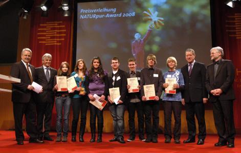 Die Preisträger der Kategorie Klasse 7 bis 10 mit (v.l.) Moderator Volker Angres, HSE-Chef Albert Filbert, Schirmherr Alois Rhiel und dem Darmstädter Umweltdezernenten Klaus Feuchtinger