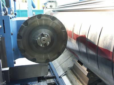 Der speziell für das Siemens Generatorenwerk in Erfurt konzipierte Winkelkopf von ROMAI ist mit 4.000 Nm ein Kraftpaket zum Fräsen. Da er mit höheren Drehzahlen auch Bohrbearbeitungen ermöglicht, ist er universell einsetzbar