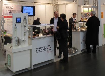 Die Geschäftsführung der Kunststofftechnik Weißbach GmbH erläutert Technologien