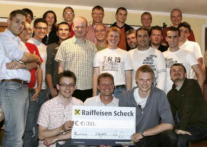 Stolz präsentiert das dänische Projektteam seinen Hauptgewinn im Wert von 10.000,- EUR