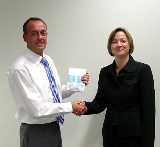 Ralf Meyer (Fiberpipe GmbH) empfängt den Software-Preis von Gabriele Stolz (Kuttig Computeranwendungen GmbH)
