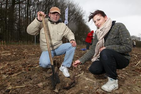 Erdgas-Kunde Jens-Peter Zolchow  und Tochter Carolin aus 15366 (Neuenhagen) pflanzten erstmalig Eichen