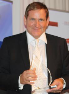 Edgar K. Geffroy nimmt Preis zum Business-Vordenker entegegen