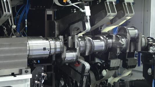 View into the working area: Microfinish machining of a truck crankshaft on a CrankStar machine Picture: Thielenhaus Technologies GmbH