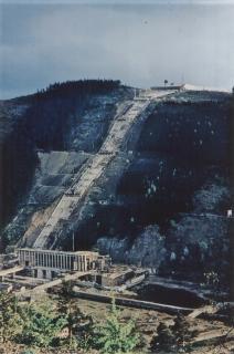 Bau der Triebwasserleitung der Anlage im Jahr 1962