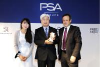 Keiichi Handa (Executive Vice President KYB Corporation) nimmt die Auszeichnung entgegen.