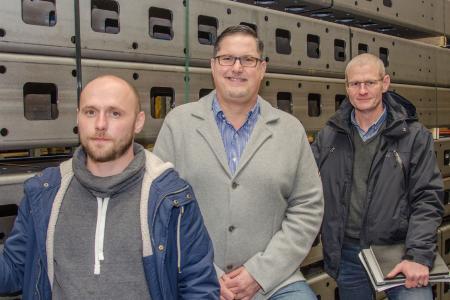 Die Köpfe hinter dem VarioFRAME-Fahrzeugbausatz, die Konstrukteure Leszek Klimasara (links) und Roland Wimmer (rechts) mit Geschäftsführer Guido Elting