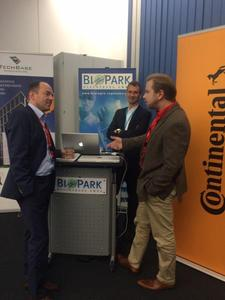 BioPark-Geschäftsführer Dr. Thomas Diefenthal (mitte) und R-Tech / TechBase Geschäftsführer Alexander Rupprecht (links) im Gespräch mit dem Vorstandvorsitzenden Markus Schranner von Startup Germany e.V. aus Berlin