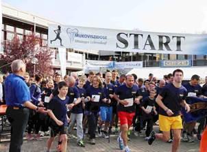 Gruppenstart einer der ersten GEZE Laufgruppen beim 16. Ditzinger Lebenslauf 2014 zugunsten Mukoviszidose-Kranker. Den Startschuss gab Manfred Schröder, Vorsitzender der Regionalgruppe Ludwigsburg-Heilbronn des Mukoviszidose e.V.